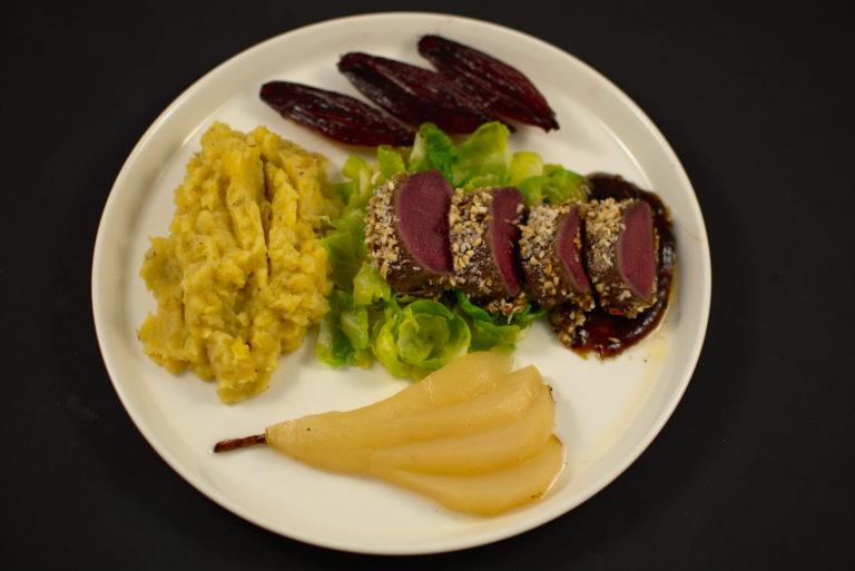 Rehrücken in Nussmantel | Rosenkohlblätter | Steckrübenpüree |  eingelegte Birne | Portweinschalotten