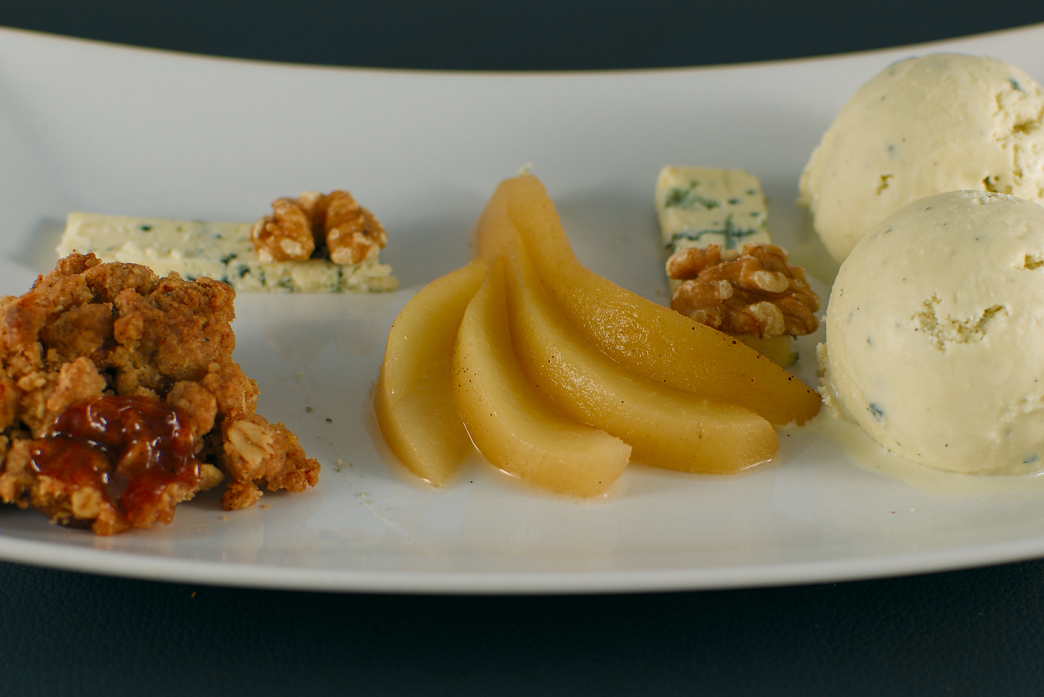 Blue-Cheese-Icecream | eingelegte Birne | Birnen Crumble | Blauschimmekäse