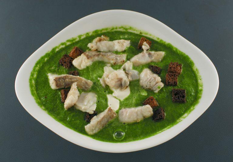 Erbsensuppe | Seelachs | Roggenbrot-Croutons | Crème fraîche