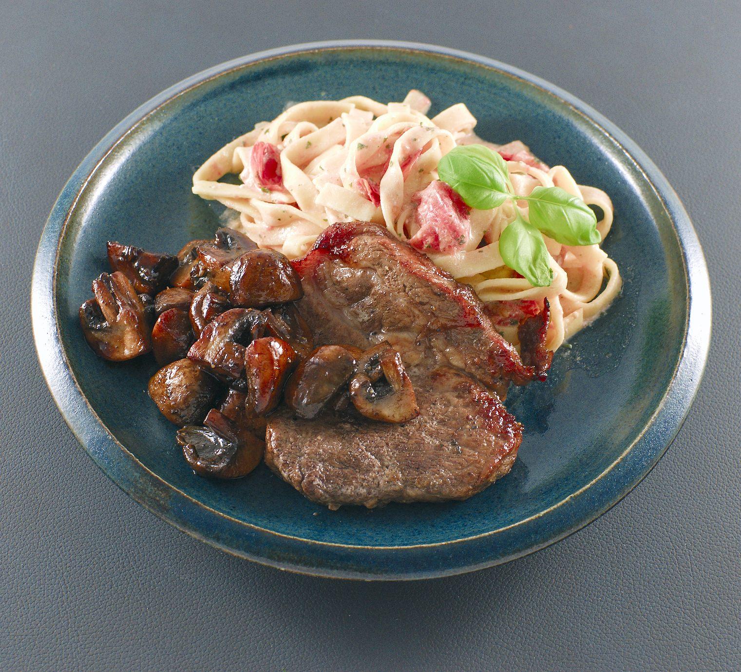 Iberico-Nackensteak | Balsamico-Champignons | Pasta mit Tomaten-Schmand-Sauce