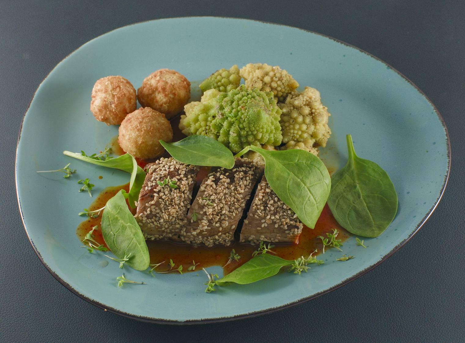 Iberico-Filet | Sesammantel | Karotten-Ingwer-Sauce