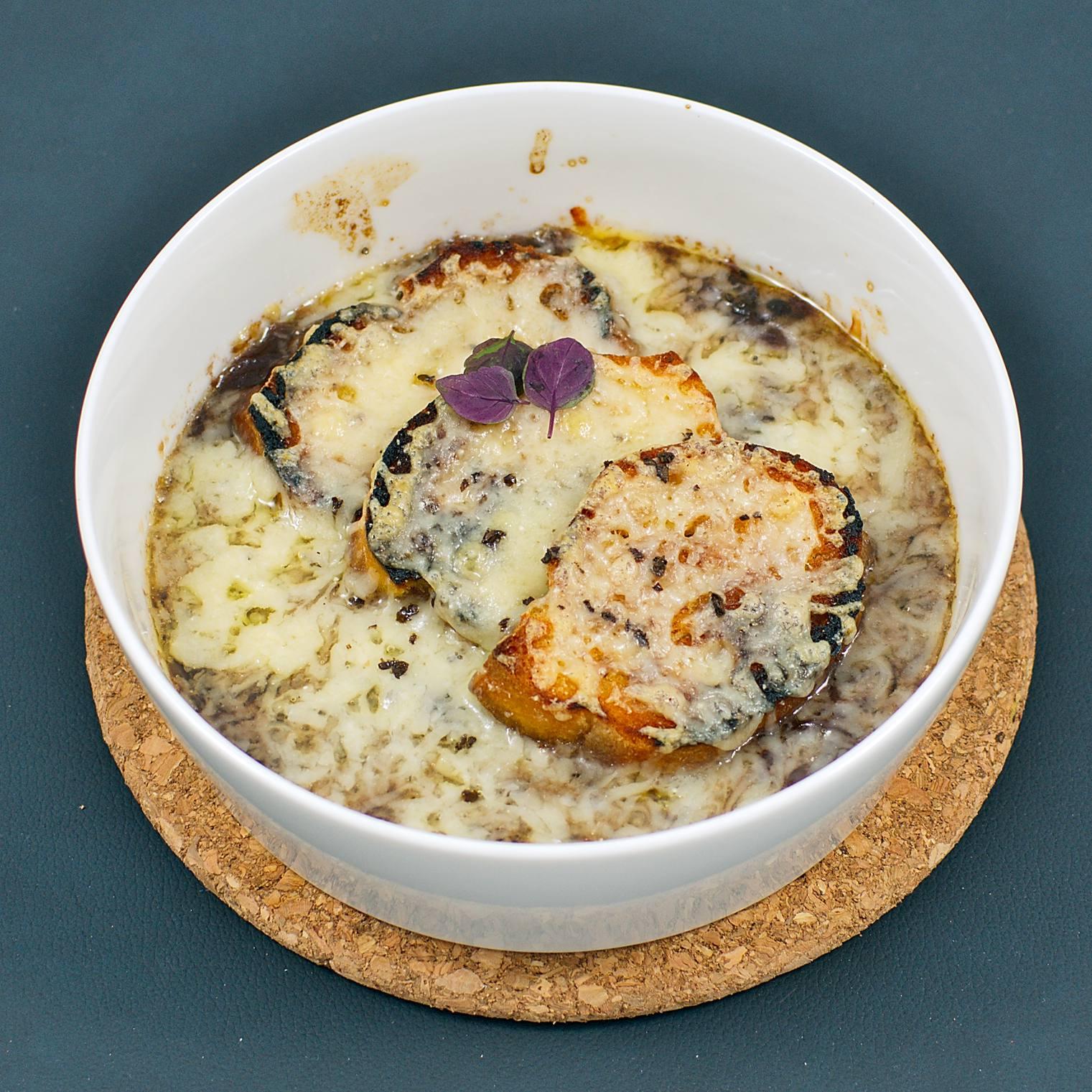 Französische Zwiebelsuppe | Baguette | Gruyère