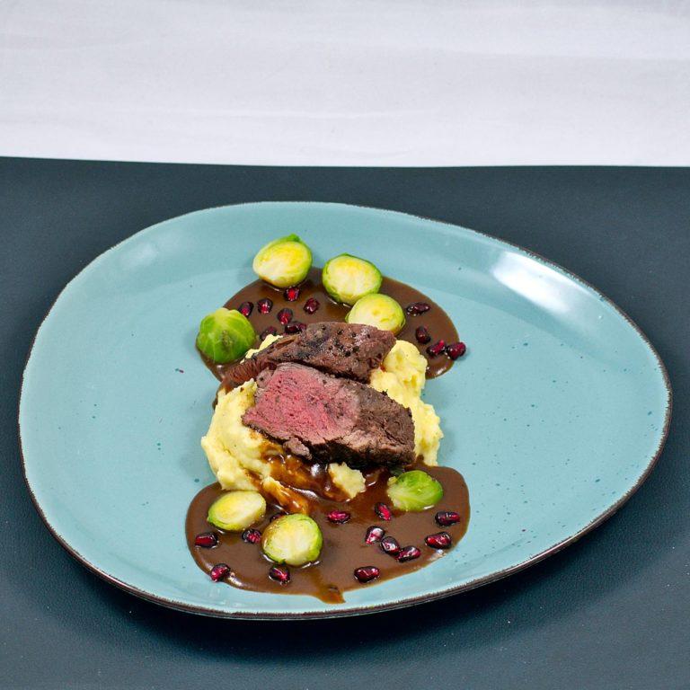 Read more about the article Rehrücken sous vide | Granatapfelsauce | Pastinaken-Püree | Rosenkohl