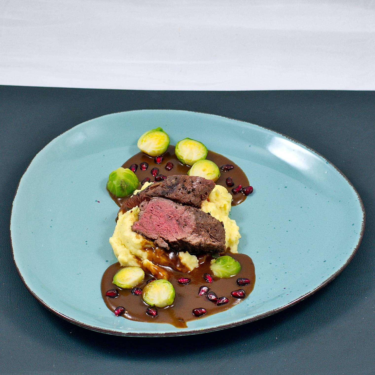 Rehrücken sous vide | Granatapfelsauce | Pastinaken-Püree | Rosenkohl