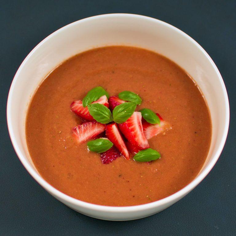 Read more about the article Erdbeer-Tomaten-Gazpacho | Sommerküche