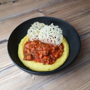 Read more about the article Salsiccia Ragout mit Polenta und Parmesan Crisps
